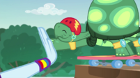 Tank high-fives Rainbow Dash EGDS32