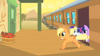 The ponies are leaving the train in a hurry S1E21