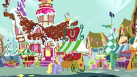Ponies at market outside Sugarcube Corner S9E19
