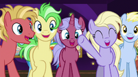 Ponies cheering for Goldie Delicious S8E5
