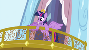 S04E25 Twilight wyglądająca z balkonu