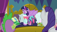 Twilight thanking Rarity for the gesture S8E2