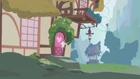 Berryshine closes door S01E09