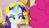 Rarity scowling angrily at Pinkie Pie S7E19