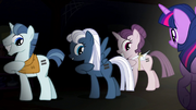 S05E01 Party Favor, Night Gilder i Sugar Belle pokazują swoje znaczki równości