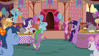 Ponies getting ready to greet Maud Pie S8E3