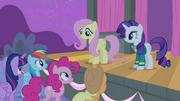 S04E14 Fluttershy uśmiecha się do przyjaciółek