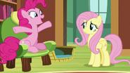 S07E05 Fluttershy niepewnie patrzy na Pinkie