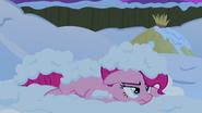 S07E11 Zdenerowana Pinkie zasypana śniegiem