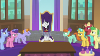 Students chain Neighsay to his chair S8E26