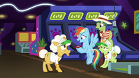 Rainbow Dash wants to try horseshoes S8E5