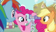 S06E11 Pinkie zgaduje, o kim mówi Rainbow