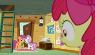 S06E04 Zaskoczona Apple Bloom widzi, że jej przyjaciółki wychodzą