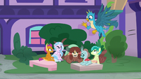 Gallus meets his friends in the fountain square S8E2