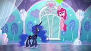 S06E01 Pinkie Pie lata na balonach