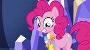 Pinkie Pie usando un listón de embajadora T7E11