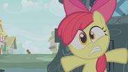 S01E09 Apple Bloom chowa się przed Zecorą