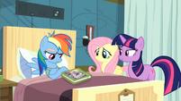 Twilight convincing Rainbow Dash to read S2E16