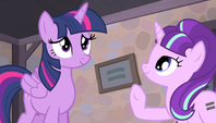 Twilight ruffles her wings S5E1