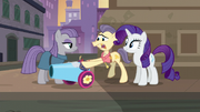Pouch Pony giving Maud the party cannon S6E3
