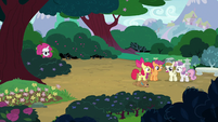Rarity appears in the bushes near CMC and Zipporwhill S7E6