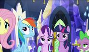 S06E12 Mane 5, Spike i Starlight patrzą na Rarity