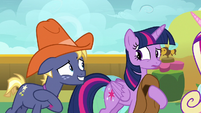 Star Tracker reminds Twilight of the photoshoot S7E22