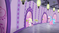 Sweetie Belle with a towel on her head S9E23