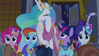 Celestia laughing at Discord's jokes S5E7