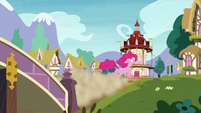 Pinkie Pie runs away screaming S8E3