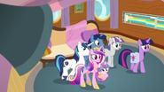 S07E22 Twilight i jej rodzina opuszcza kabinę