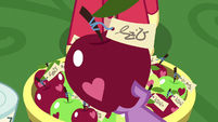 Spike holding an apple with note attached S9E23