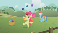 Apple Bloom jonglerar S1E12