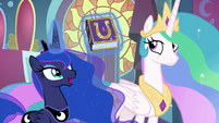 Luna holding the Friendship Journal S9E1