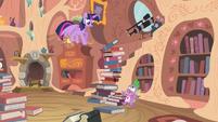 Torre de livros prestes a cair sobre Spike T4E03