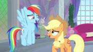 K25 Rainbow Dash i Applejack śmieją się ze wstydu