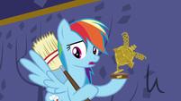 Rainbow holding her broken trophy S5E11