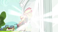 Sunset Shimmer going through the portal EGS3
