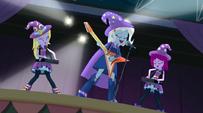 Trixie cantando