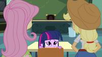 Twilight se esconde atrás da cadeira EG