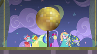Disco ball sun prop raises over the stage S8E7