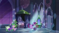 Twilight e Spike no quarto do Império EG