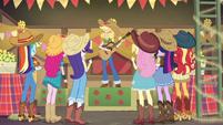 Applejack singing for her friends EGDS25