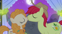 Bright Mac and Pear Butter kissing S7E13