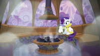 Rarity levitating the cloth S6E10