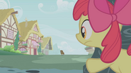 S01E09 Apple Bloom obserwuje z ukrycia Zecorę