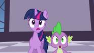 S04E01 Twilight i Spike dowiadują się o zniknięciu księżniczek