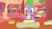 Spike escribiendo una carta a Celestia