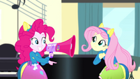 Pinkie Pie giving Fluttershy her cue SS4
