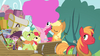 Pinkie throwing pink paint S4E09